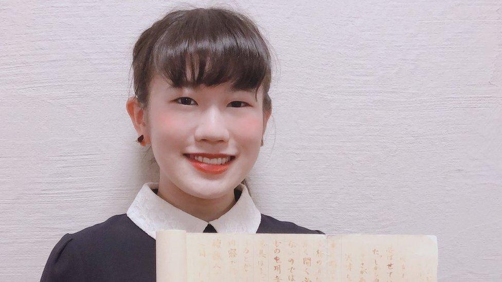 La japonesa que sacó un sobresaliente por escribir un ensayo con tinta invisible