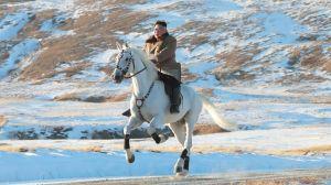 """Kim Jong-un: las """"épicas"""" fotos del líder de Corea del Norte en el monte Paektu (y qué puede haber detrás de esas imágenes)"""