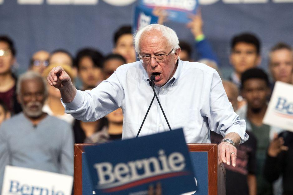 Foto de abuelito hispano se volvió viral tras decir que votará por Bernie Sanders para ayudar a su hijo indocumentado