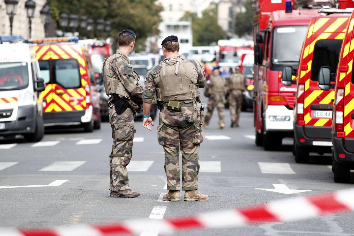 Funcionario de la Policía de París mata a cuatro agentes con un cuchillo