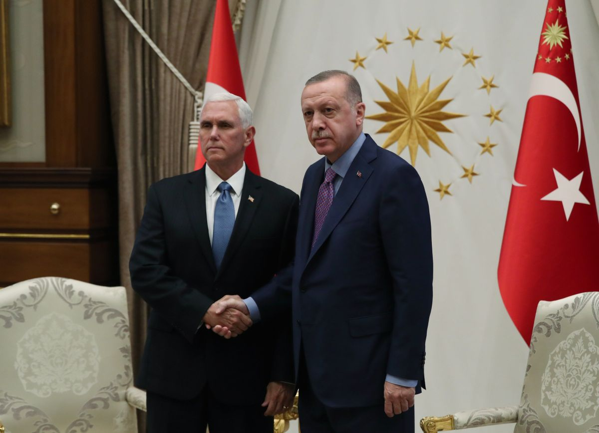 Pence logra que Turquía suspenda su ataque a las milicias kurdas en Siria