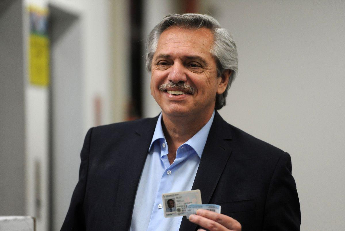 El candidato presidencial Alberto Fernández, vota este domingo en el barrio Puerto Madero.