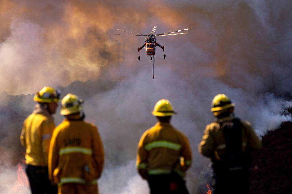 Incendios en California: Más evacuaciones y apagones por la fuerza de los vientos