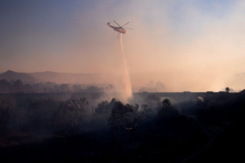 Evacuan a miles en San Bernardino por incendio Hillside