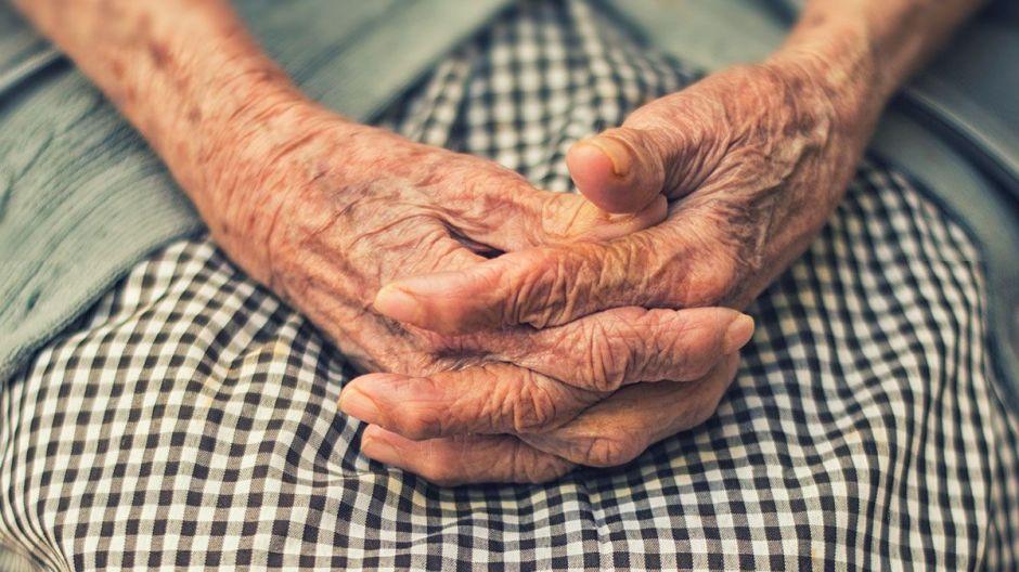Niegan atención médica a abuelita de 70 años y fallece afuera del hospital