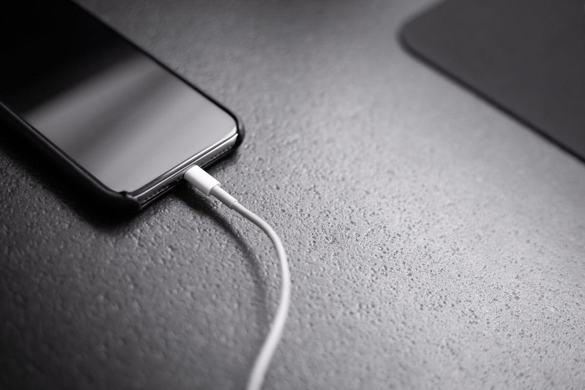 Murió electrocutado por jugar con el celular conectado