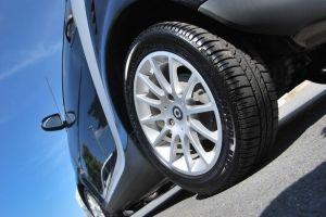 ¿Qué elementos componen las llantas de un automóvil?