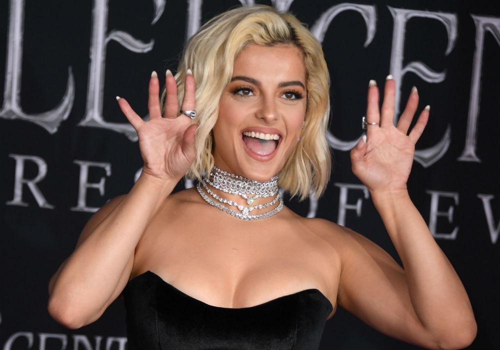 Para combatir el aburrimiento, Bebe Rexha baila muy sexy en un vestido de noche