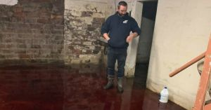 Familia encuentra su casa inundada por sangre animal