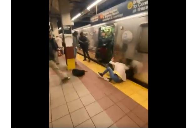 Video: varios empujados y mujer golpeada brutalmente en el Metro de Nueva York