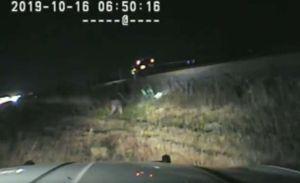 Patrullero hispano rescata a conductor a segundos de que tren impactara su auto en Utah