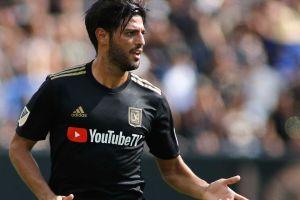 Carlos Vela recibe propuesta por Twitter ¡para jugar futbol rápido!