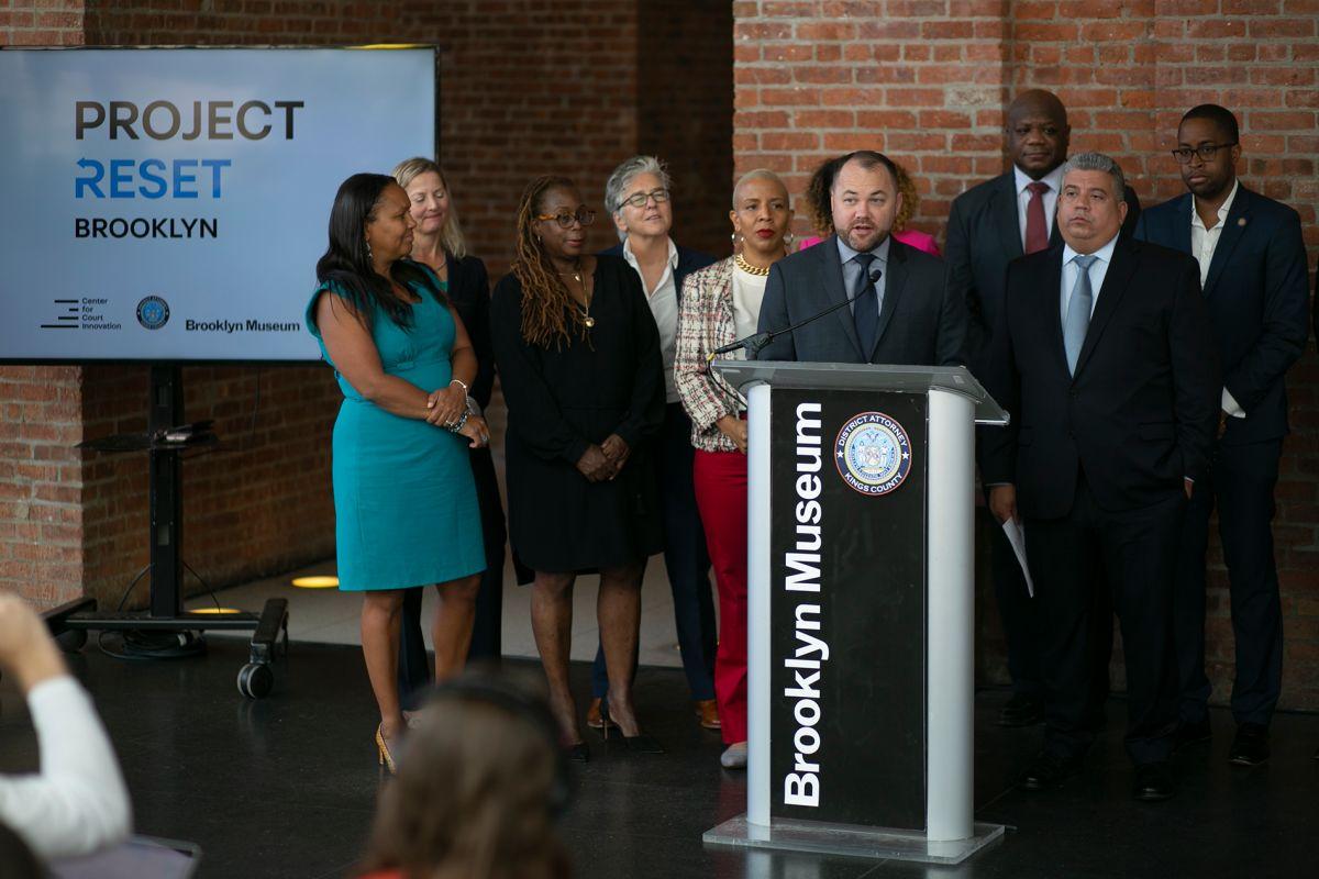 Arrestados en Brooklyn por delitos menores podrán comenzar de nuevo
