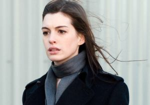 Anne Hathaway presume su avanzado embarazo con un elegante vestido blanco