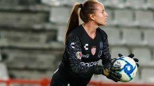 Al estilo de Jorge Campos: Portera del Necaxa debutó como delantera en la Liga MX femenil