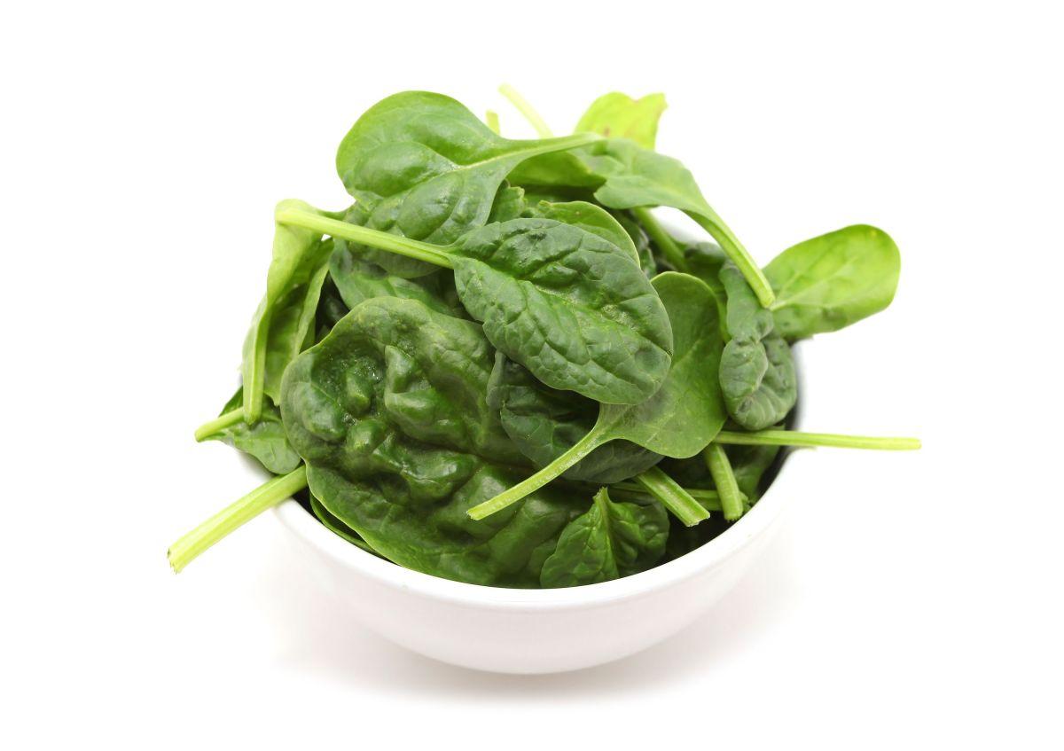 La poderosa combinación de nutrientes que contienen las espinacas es un gran aliado para fortalecer el sistema inmunológico y aumentar las defensas del organismo.