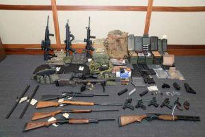 Supremacista blanco acusado de planear tiroteos masivos aceptaría culpa por otros delitos