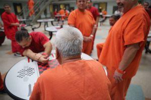 Inmigrantes encerrados en centros de ICE se cortan las venas porque ya no pueden más
