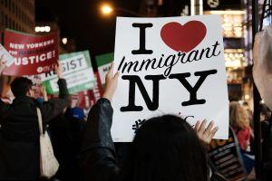 """Nueva York prohíbe llamar """"extranjero ilegal"""" a otra persona. Quien lo haga pagará caro"""