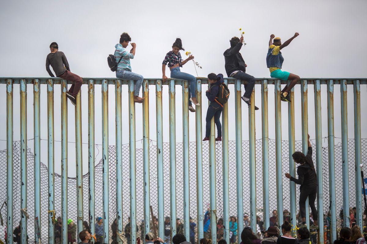 Administración Trump captura a casi un millón de inmigrantes en la frontera en 2019 y agradece a México