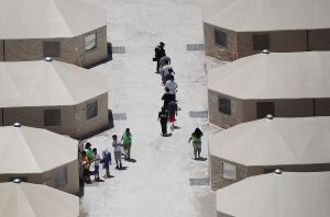 """Denuncian violaciones de derechos humanos en """"juicios secretos"""" para inmigrantes en la frontera"""
