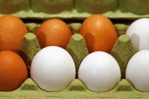 ¿Por qué los huevos cafés son más caros que los blancos?