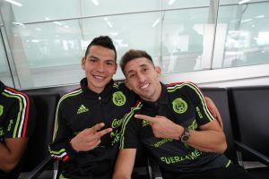 """Héctor Herrera y """"Chucky"""" Lozano sí atendieron a los dos aficionados que los recibieron en Bermudas"""