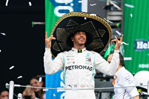 Así fue el irreal festejo de Lewis Hamilton en el podio del GP de México