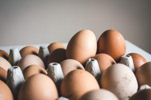 ¿Es recomendable guardar los huevos en la nevera?