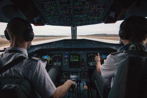 Pilotos colocaron una cámara en el baño del avión para ver las imágenes en vivo mientras volaban