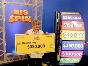 Esta abuela fue la primera en ganar $350,000 en un juego de lotería donde hay que saber... girar