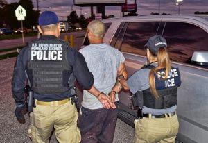 ICE arresta a latino que ingresó 5 veces como indocumentado; lo acusan amenazar a oficiales