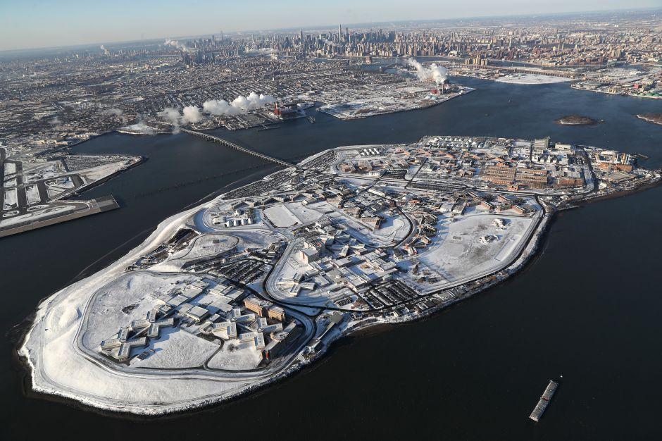 Rikers Island encierra historia de violencia y abusos contra los hispanos y negros