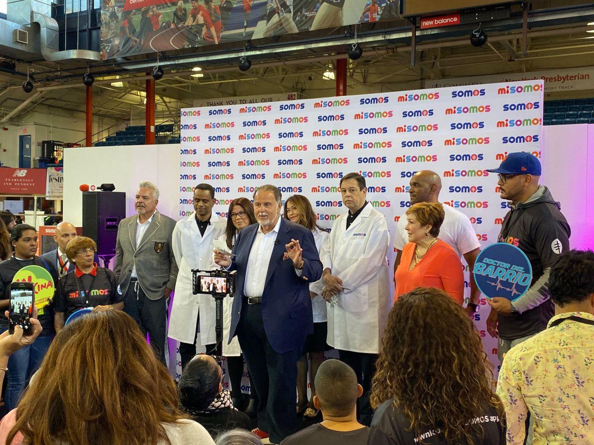 """Raúl """"El Gordo"""" De Molina, junto a médicos de la red SOMOS,  habla durante el lanzamiento de la aplicación. /foto: somos"""
