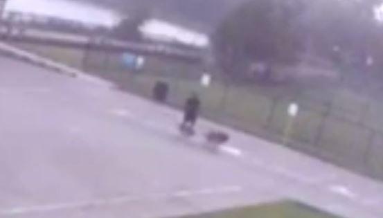 Video (imágenes fuertes): Hombre golpeado por un rayo en Houston quedó grabado en cámara de seguridad