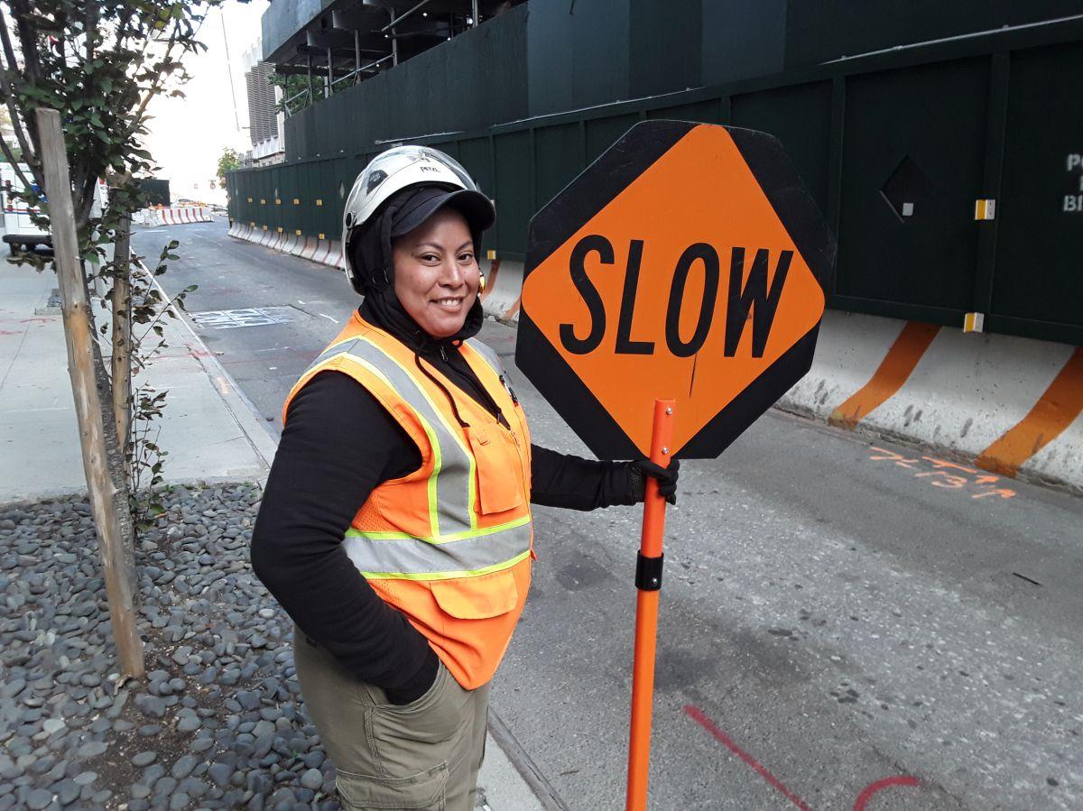 La dominicana Shirley Flores trabaja en un proyecto de construcción en Queens.