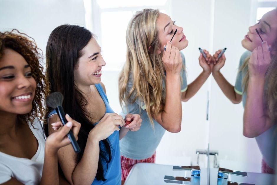 ¿Cómo podemos mezclar cosméticos para hacer mejor el contorno del rostro?