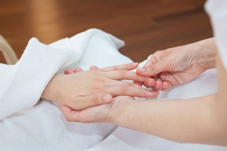 Aprende a dar un masaje de manos relajante paso a paso