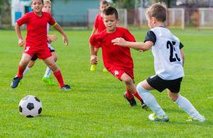 Descubre los beneficios de jugar fútbol para niños y adolescentes
