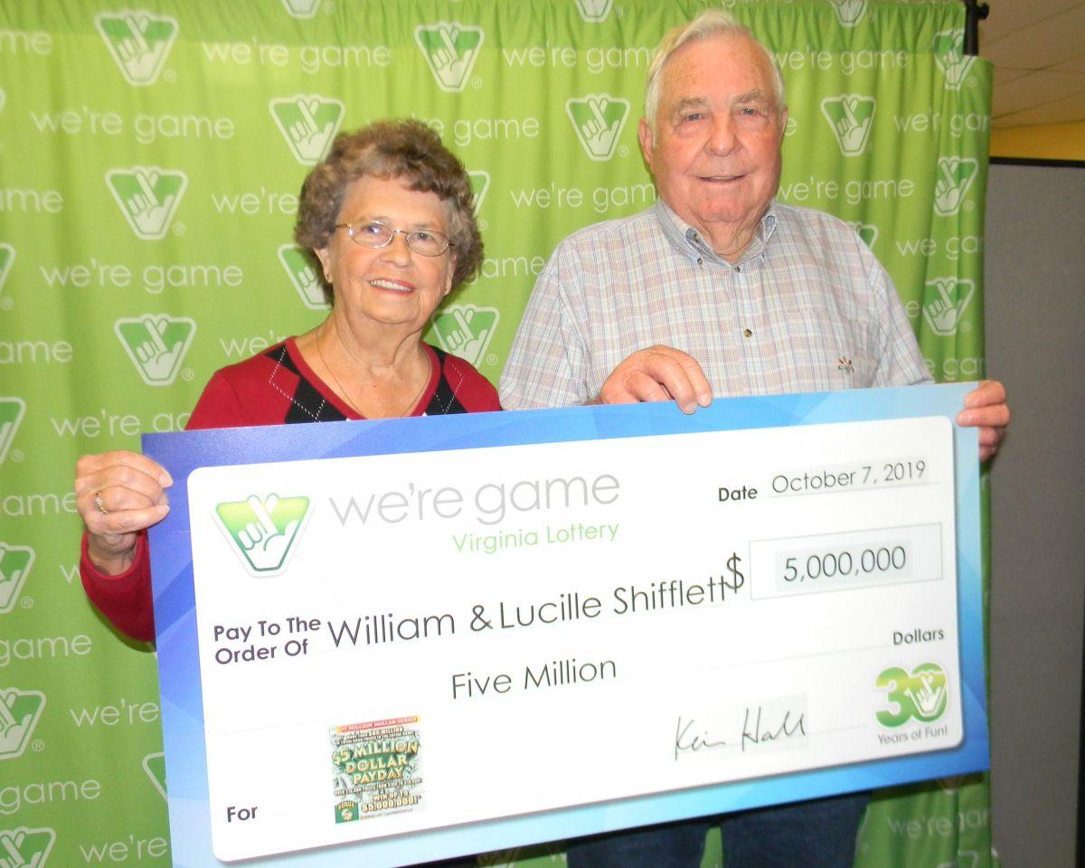 William Shifflett y su esposa posan con el premio que él no se creía.