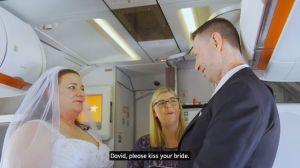 Se casan en un avión, esta puede ser la boda más extraña que hayas visto