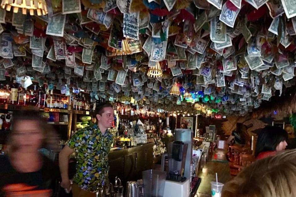 Clientes clavaron billetes en el techo de un bar por años. El dueño decidió quitarlos