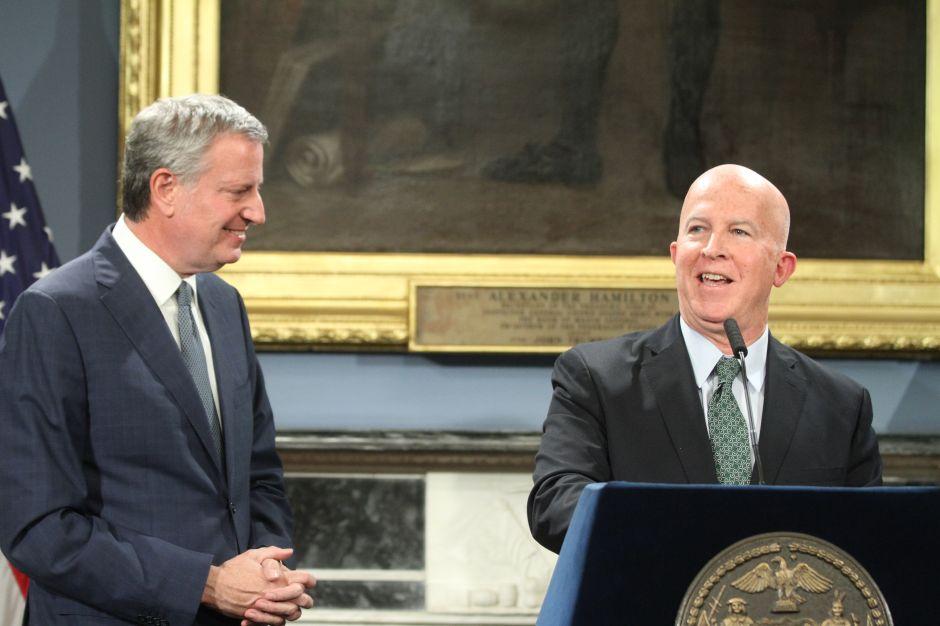 Comisionado de Policía de NY anuncia que deja el cargo
