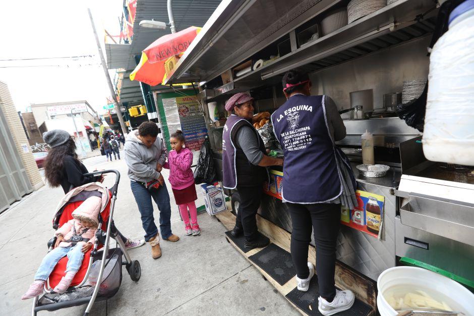 Promueven ley estatal para levantar límite a permisos de venta ambulante en NY