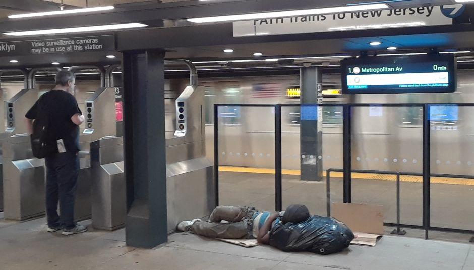 Indigente y su mascota apuñalados al pelear en el Metro de Nueva York