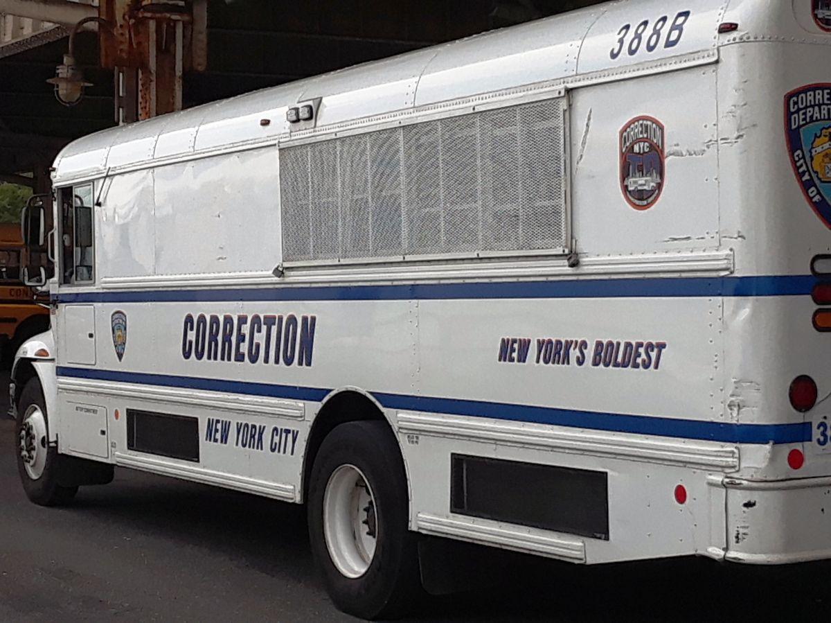 """Gobernador de Nueva York desconoce que liberarán a 900 presos y alcalde ofrecerá """"regalos"""" en citas a la corte"""