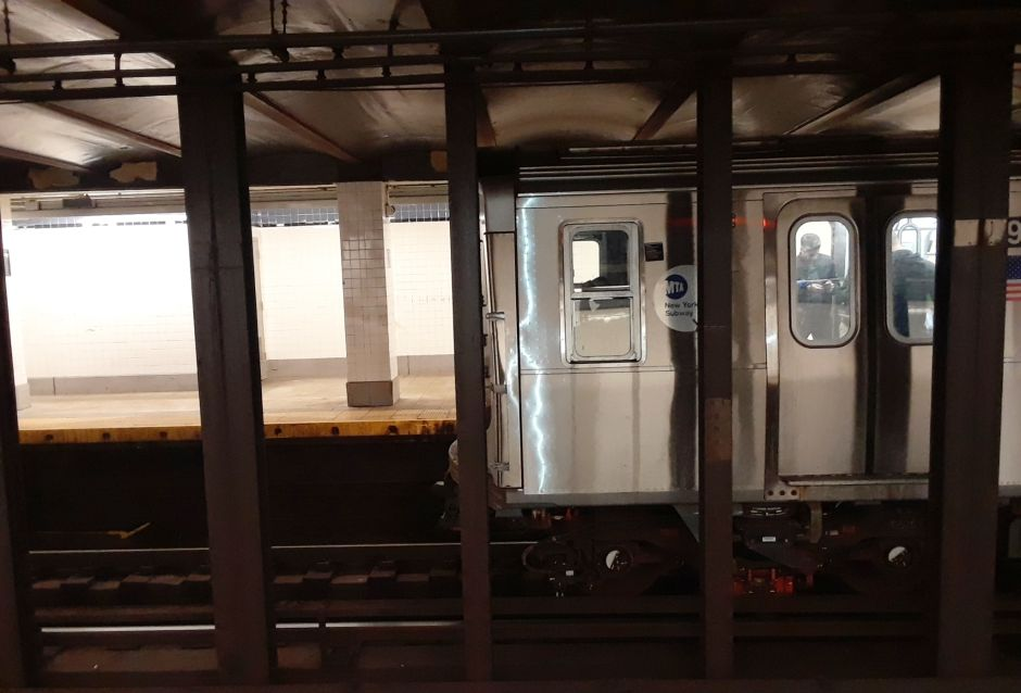 Indigente hispano empuja a una mujer y salta a los rieles del Metro de Nueva York