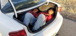 Descubren a indocumentado escondido en tablero de vehículo que cruzaba la frontera