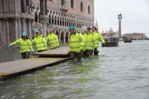 Seleccionados de Italia en el agua al solidarizarse con la devastada Venecia
