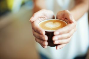 ¿Sabes que es el Bulletproof coffee? La bebida energetizante natural de moda
